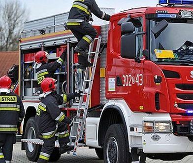 Kłęby czarnego dymu nad Gościcinem. Strażacy przez 18 godz. walczą z pożarem
