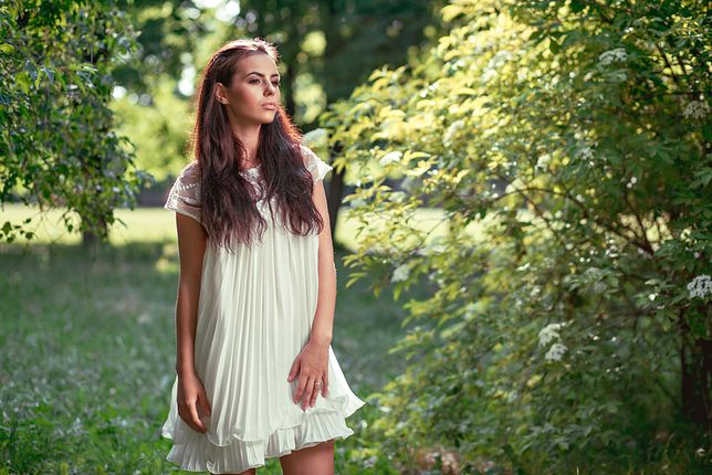 Zwiewne, białe sukienki przyniosą ulgę w upalny dzień i zawsze prezentują się stylowo
