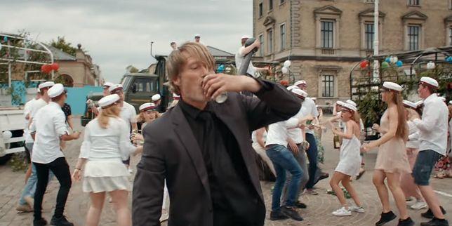 """Mads Mikkelsen w filmie """"Na rauszu""""."""