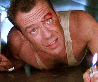 """Bruce Willis w """"Szklanej pułapce"""" z 1989 r."""