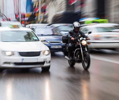 Jazda motocyklem między samochodami. Czy można?