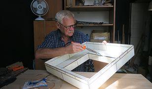 Edward Magdziarz w swojej pracowni na warszawskiej Pradze