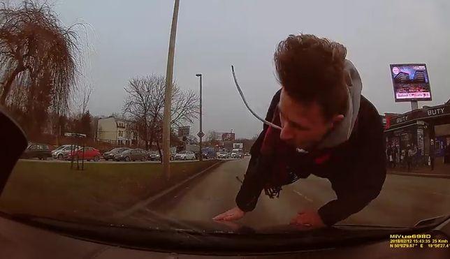 Potrącony mężczyzna przechodził przez ulicę w niedozwolonym miejscu