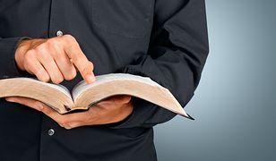 Panikę wywołał mężczyzna czytający na głos Biblię