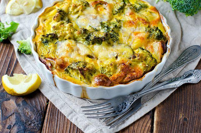 Zapiekanka z brokułami, cukinią i kurczakiem. Zapiekanka warzywna to świetny pomysł na sycący obiad