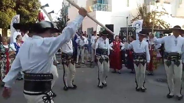 W ramach ogromnej imprezy organizowanej na wyspie odbywają spektakle i imprezy uliczne