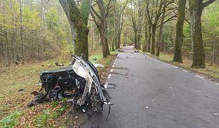Tragedia pod Olsztynem. Samochód roztrzaskał się na kilka części