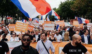 Koronawirus we Francji. Protesty przeciwko certyfikatom sanitarnym