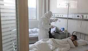 """Koronawirus z Chin. Nagły wzrost zarażonych. Władze tłumaczą to """"nową metodą diagnostyczną"""""""