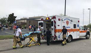 Ratownicy medyczni przewożą rannych strzelaniny w Walmarcie do szpitala 30 lipca 2019 roku