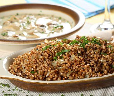 Dodając do kaszy gryczanej liście laurowe i ziele angielskie, zmienisz jej smak.