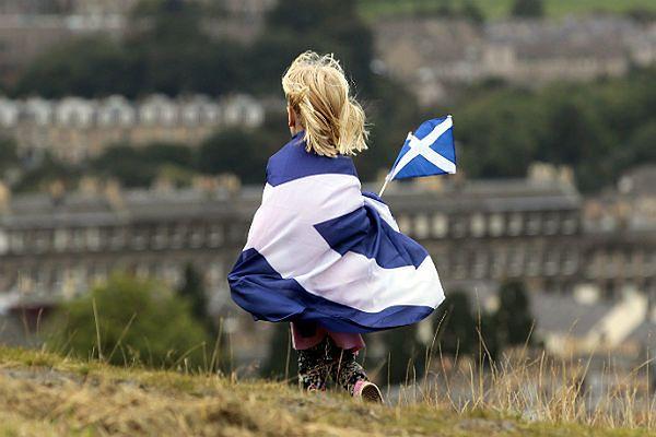 Dziecko zawinięte w szkocką flagę podczas manifestacji poparcia dla niepodległości Szkocji. Edynburgu, wrzesień 2013 r.