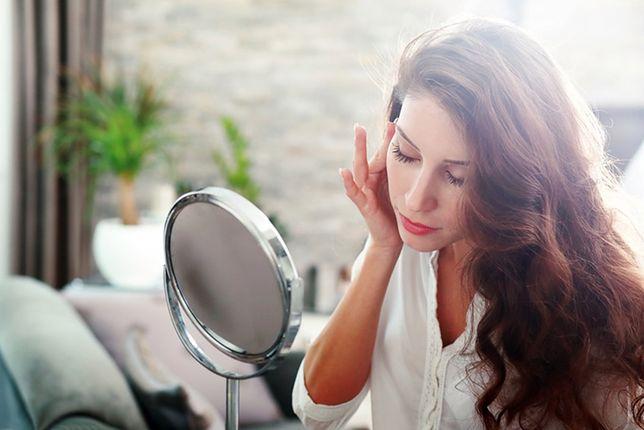 Używając kosmetyków nawilżających oraz matujących oczyścimy twarz