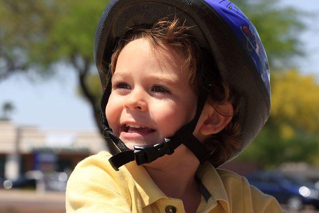 Być może niedługo na małe głowy trzeba będzie obowiązkowo nakładać kaski przed jazdą na rowerze