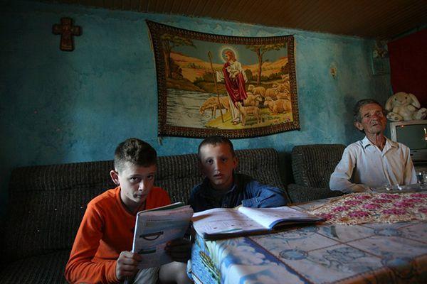 12-letni Amarildo i 9-letni Nikol, którzy z powodu obawy przed zemstą od urodzenia nie wychodzą z domu