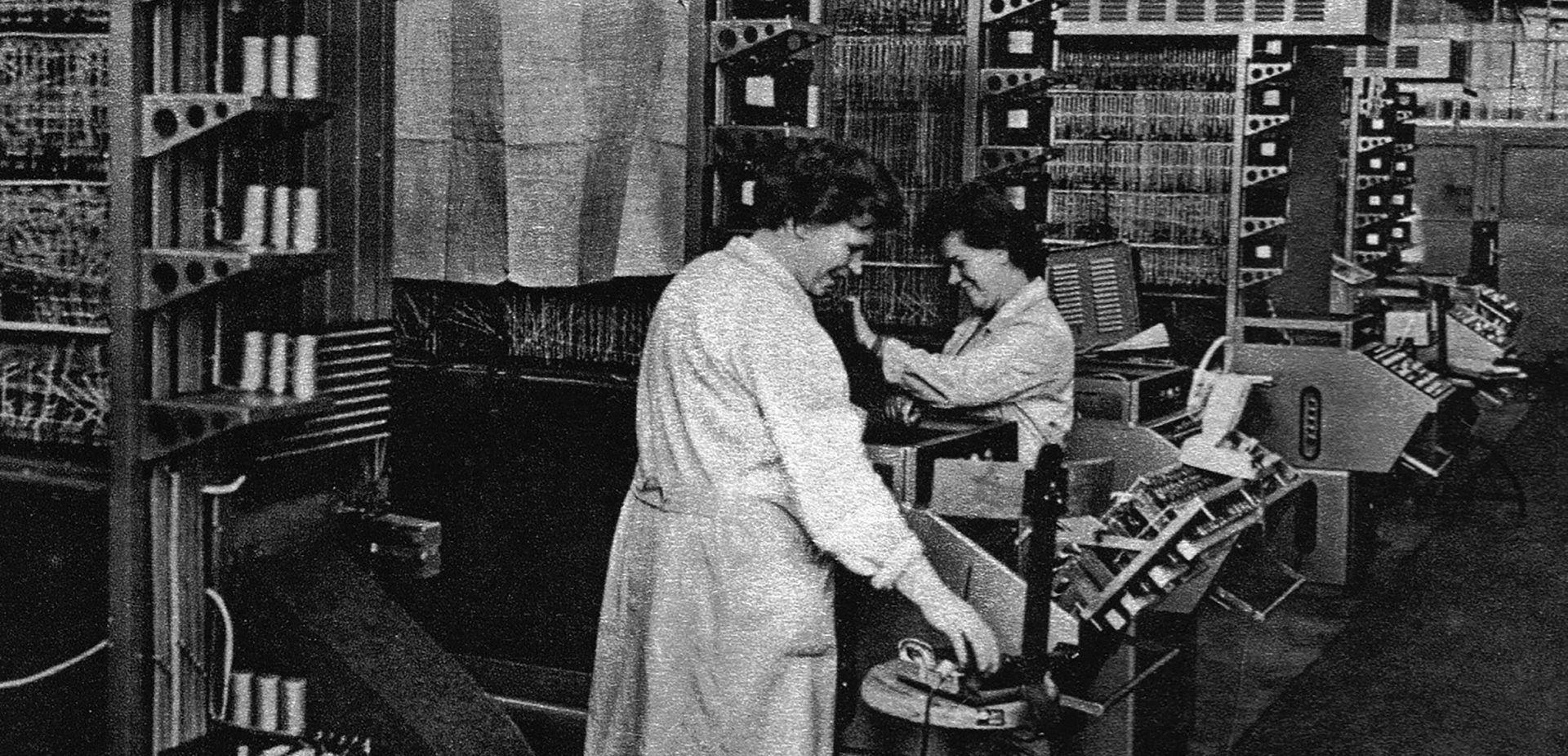 """W czasach PRL wśród pionierów rozwoju komputerów w Polsce było wiele kobiet/fot. archiwum Marcina R. Kaźmierczaka, """"Polskie Komputery"""""""