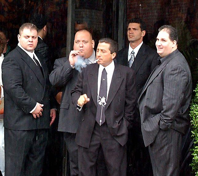 Członkowie mafijnej rodziny Gambino podczas pogrzebu Johna Gottiego w 2002 r.
