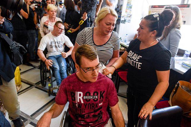 Niepełnosprawni i ich opiekunowie podczas ubiegłorocznego protestu w Sejmie