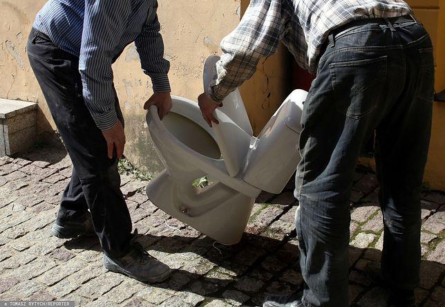 Ostrowiec Świętokrzyski. 55-latek muszlą klozetową wybił szybę i wszedł do baru piwnego / foto ilustracyjne