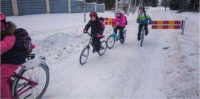 Jazda na rowerze przy -17 st. C? Tak dzieci w fińskim mieście pokonują drogę do szkoły