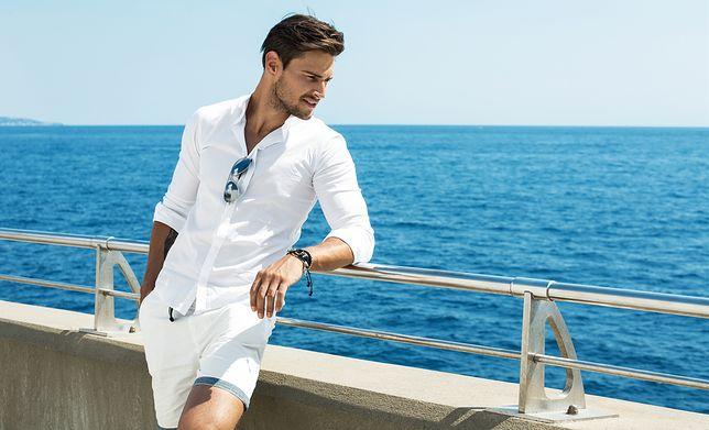 Biała koszula pasuje zarówno do jeansów, jak i krótkich spodni