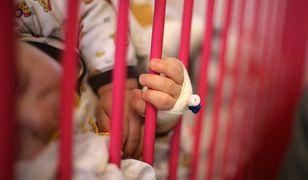 6-tygodniowe dziecko trafiło do szpitala w stanie skrajnego niedożywienia i ze złamaną nóżką