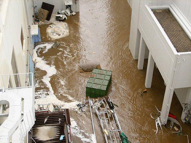 Fala tsunami zalewa Fukushimę - ujawniono nowe zdjęcia