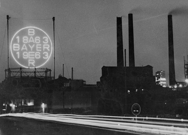 Neon upamiętniający 100. rocznicę powstania koncernu Bayer