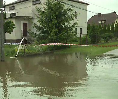 """Mieszkańcy zalanych terenów z niepokojem wyczekują jutra. """"Na razie jest spokojnie"""""""