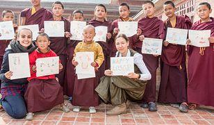 Mnisi z klasztoru na Swayambhu. Ich klasztor został zniszczony podczas trzęsienia ziemi