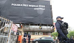 """Transparenty z napisem """"Polska bez węgla 2030"""" aktywiści Greenpeace zawiesili na siedzibie Prawa i Sprawiedliwości."""