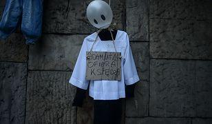 Jedna z powieszonych postaci ma reprezentować 14-letniego Adama, ofiarę molestowania księdza