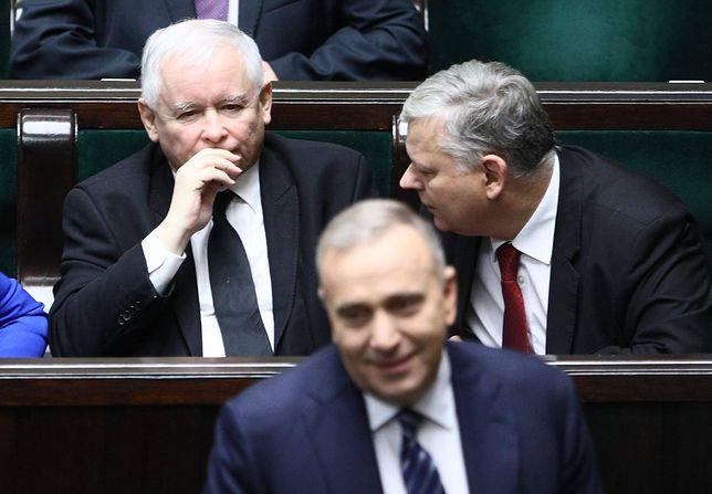 Jarosław Kaczyński (z tyłu) i Grzegorz Schetyna (na pierwszym planie)