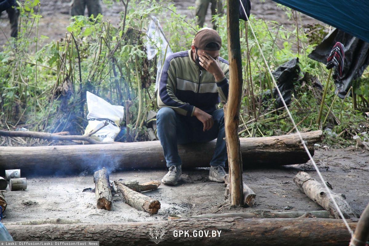 Dramat na granicy z Białorusią. Migranci koczujący z dziećmi z Michałowa tracą siły