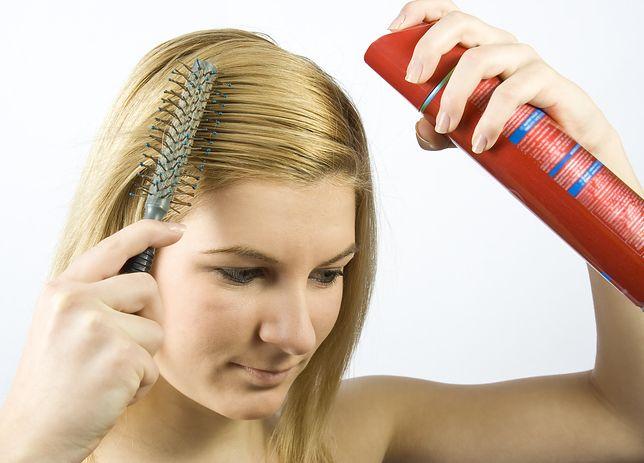 Właściwie użyty lakier do włosów pozwoli na utrwalenie fryzury bez jej obciążenia