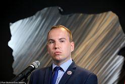 Wpadka wiceministra Adruszkiewicza. Służbową limuzyną pasem dla karetek i busów