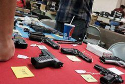 Ohio: 2-letnie dziecko policjanta postrzeliło się z broni ojca