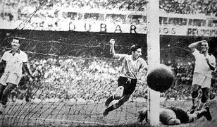 Alcides Ghiggia zdobywa bramkę dla Urugwaju ustalającą wynik meczu na 2:1 w finale z Brazylią w 1950 r.