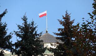 Warszawa. Protest OSK przed Sejmem. Jest też Młodzież Wszechpolska
