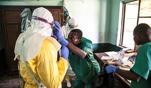 Pracownicy medyczni zakładają stroje ochronne przed udzieleniem pomocy chorym na ebolę