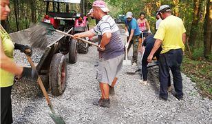 Mieszkańcy Zapola sami remontują sobie drogę | zrzutka.pl/rdtvyu