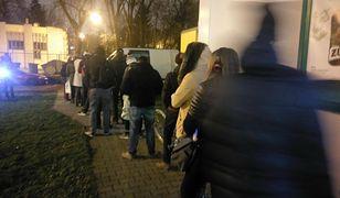 Klienci czekają po odbiór przesyłki z tzw. mobilnego paczkomatu. Takich kolejek nie ma nawet na Poczcie Polskiej.
