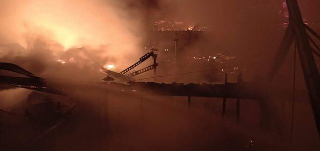 Do pożaru na Stabłowicach doszło około godziny 00:30. Na miejscu zdarzenia pracowały 33 zastępy straży pożarnej.