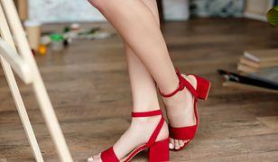 Elegancki sandały świetnie prezentują się w czerwieni