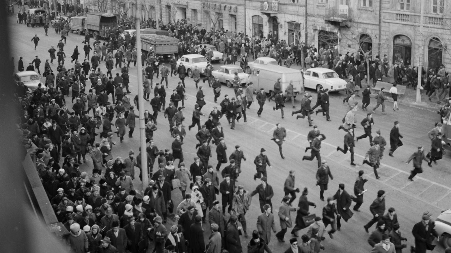 8 marca 1968 r. na dziedzińcu Uniwersytetu Warszawskiego odbył się protestacyjny wiec, na którym zebrało się kilka tysięcy studentów. Po wiecu na teren uniwersytetu wdarła się milicja i tzw. aktyw robotniczy