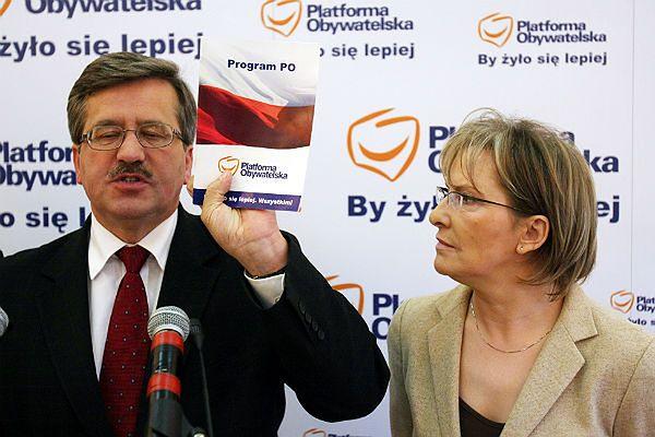 Bronisław Komorowski i Ewa Kopacz podczas konferencji prasowej PO w sprawie prywatyzacji służby zdrowia. Warszawa, 2007 r.
