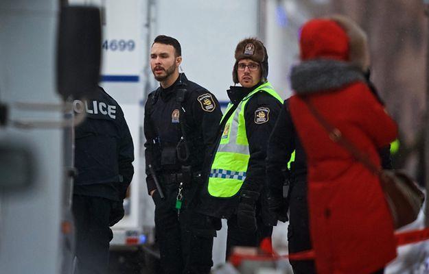 Policjanci na miejscu zamachu