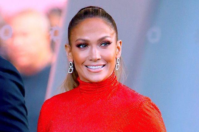 Jennifer Lopez pokazała swoje zgrabne nogi