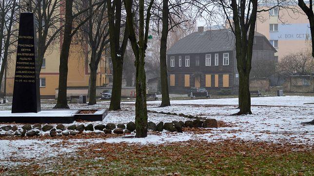 Drewniany dom stoi przy skwerze, na którym dawniej był żydowski cmentarz