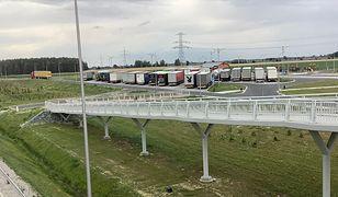 Wakacje 2020. Na nowej trasie S5 brakuje stacji benzynowych. Na zdjęciu parking w Wilkowicach, gdzie nikt nie chce otworzyć stacji paliw